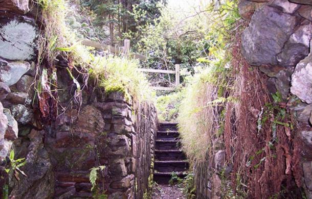 Halliggye Fogou. L'un des plus grands et des mieux conservés de ces fogou (passages souterrains curieux) celui-ci passa à l'origine sous le rempart d'une colonie défendue de l'âge du fer.