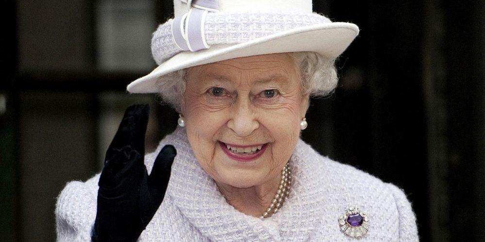 La reine Elizabeth II utilise un faux bras pour saluer la foule sans effort